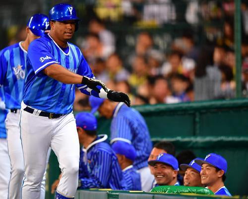 阪神対DeNA 5回表DeNA1死二塁、2点本塁打を放つもベンチ前で無視される、エアータッチをみせるロペス(撮影・清水貴仁)