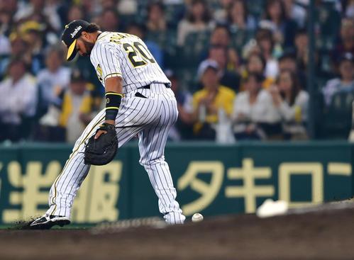 阪神対DeNA 7回表DeNA無死一塁、ロペスの打球をはじきボールを見失う一塁手ロサリオ(撮影・清水貴仁)