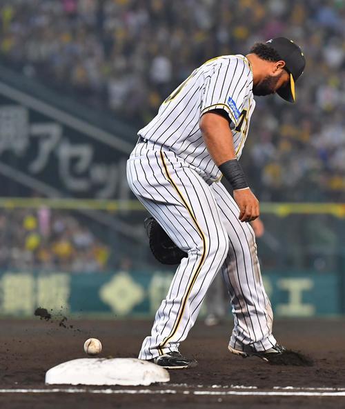 阪神対DeNA 7回表DeNA無死一塁、ホセ・ロペスの打球を右足で蹴るウィリン・ロサリオ(撮影・上田博志)