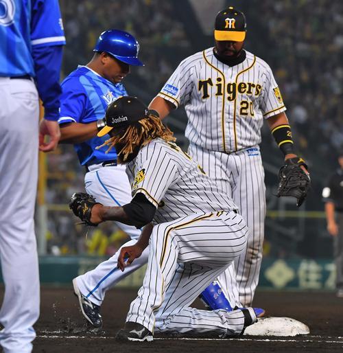 2018年5月17日 7回表DeNA無死一塁、ロペスの打球をつかみ損ねたロサリオのフォローに入り一塁ベースを踏むマテオ(撮影・上田博志)