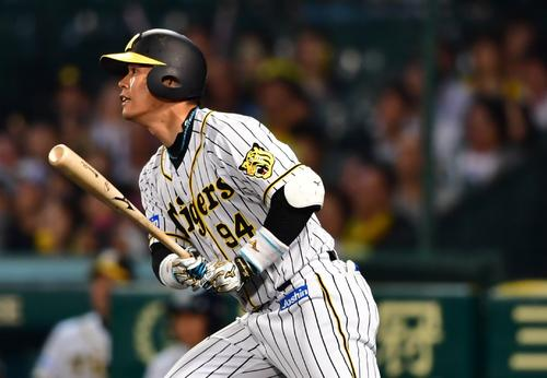 阪神対DeNA 7回裏阪神1死満塁、中前へ適時打を放つ原口(撮影・清水貴仁)