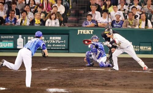 阪神対DeNA 7回裏阪神1死満塁、代打俊介は押し出し四球を選んで出塁(撮影・加藤哉)