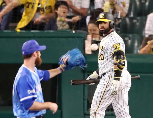 阪神対DeNA 8回裏阪神1死二塁、ロサリオは三振に倒れベンチへ戻る(撮影・加藤哉)