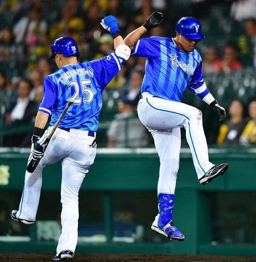 阪神対DeNA 9回表DeNA1死、この試合2本目の本塁打を放ち筒香(左)とタッチを交わすロペス(撮影・清水貴仁)