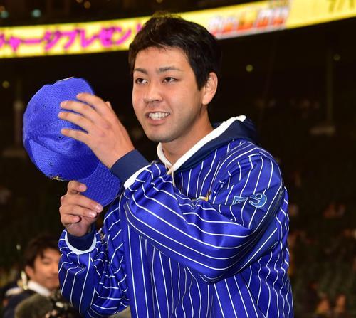 阪神対DeNA 今季初勝利をあげファンにあいさつする平良(撮影・清水貴仁)