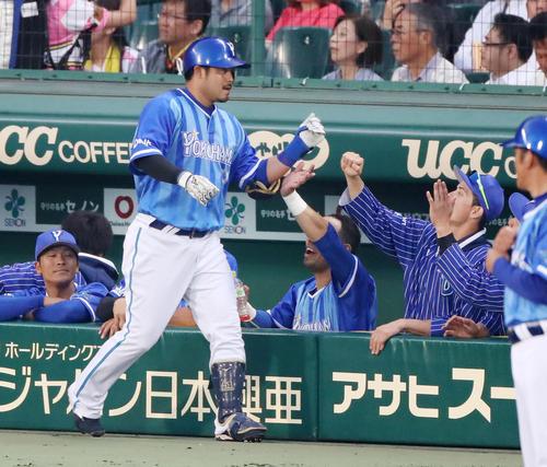 阪神対DeNA 4回表DeNA2死、宮崎は左越えソロ本塁打を放ちベンチのナインとタッチする(撮影・加藤哉)