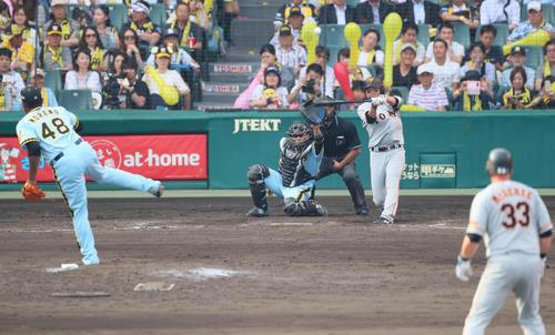 阪神対巨人 9回表巨人1死満塁、長野久義の当たりは左翼への飛球。投手はモレノ(撮影・宮崎幸一)