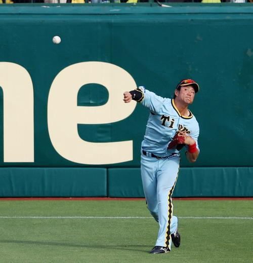 阪神対巨人 9回表巨人1死満塁、中谷は長野の飛球を一旦は捕球するが送球動作に移るとき落球、拾い直して三塁へ送球する(撮影・加藤哉)