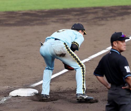 阪神対巨人 9回表巨人1死満塁、中谷からの送球を受ける三塁手大山(撮影・加藤哉)