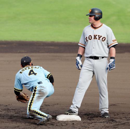阪神対巨人 9回表巨人1死満塁、中谷からの送球を受けた三塁手大山からボールが転送された熊谷、右はマギー(撮影・加藤哉)