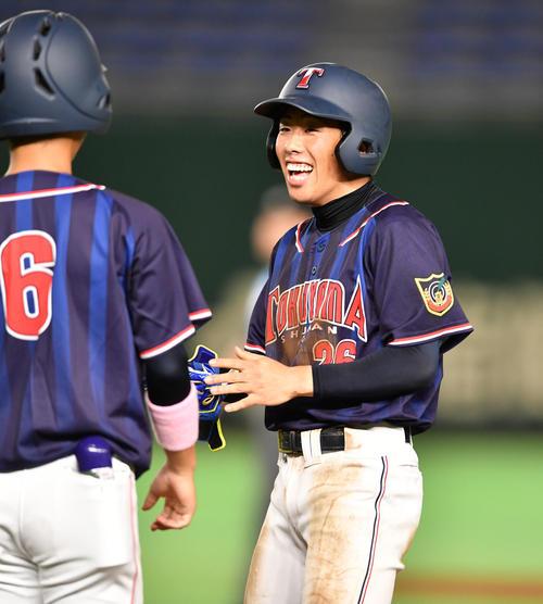 徳山大対四国学院大 1回表徳山大2死満塁、大橋は左前に2点適時打を放ち笑顔を見せる(撮影・柴田隆二)
