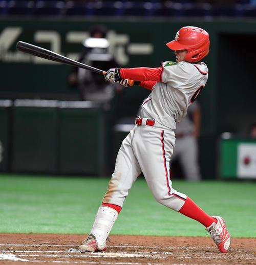 全日本大学選手権の立命大戦で本塁打を放つ奈良学園大・米満