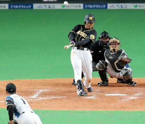 日本ハム対阪神 4回表阪神1死二、三塁、高山は右越え3点本塁打を放つ(撮影・佐藤翔太)