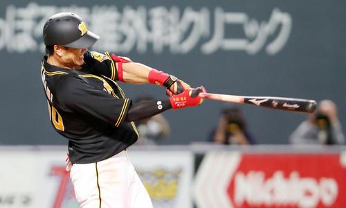 日本ハム対阪神 4回表阪神2死三塁、中谷は左翼越え2点本塁打を放つ(撮影・加藤哉)
