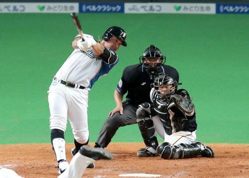 日本ハム対阪神 4回裏日本ハム1死二塁、アルシアは左越え適時二塁打を放つ(撮影・佐藤翔太)