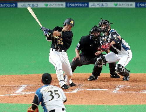 日本ハム対阪神 8回表阪神無死一塁、糸原は適時二塁打を放つ(撮影・佐藤翔太)