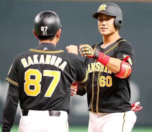 日本ハム対阪神 8回表阪神1死満塁、中谷は左前適時打を放つ(撮影・加藤哉)