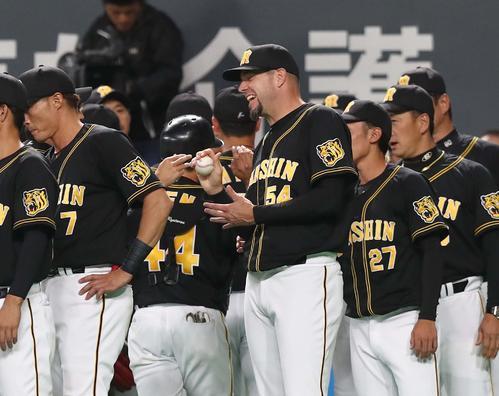 日本ハム対阪神 試合後、ウイニングボールをもらい笑顔のメッセンジャー(撮影・黒川智章)