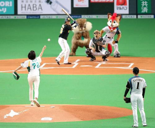 日本ハム対阪神 試合前、始球式を務めた女優の松下奈緒(撮影・佐藤翔太)