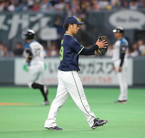 6回裏日本ハム2死一、二塁、矢野(左奥)を左飛に仕留め、グラブを叩くヤクルト小川(撮影・佐藤翔太)