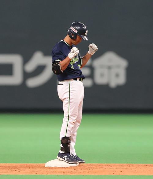 右越え適時二塁打を放ち、ガッツポーズをする青木(撮影・佐藤翔太)