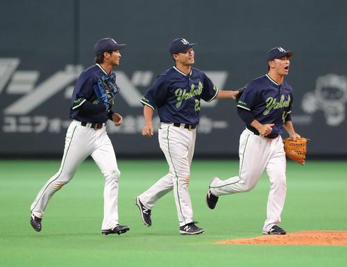 試合終了後、笑顔でベンチに引き揚げる左からヤクルト田代、青木、雄平(撮影・佐藤翔太)