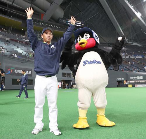 試合後、ファンの声援に応える小川(撮影・黒川智章)