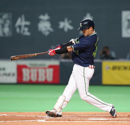 1死二塁、坂口は右前適時打を放つ(撮影・佐藤翔太)