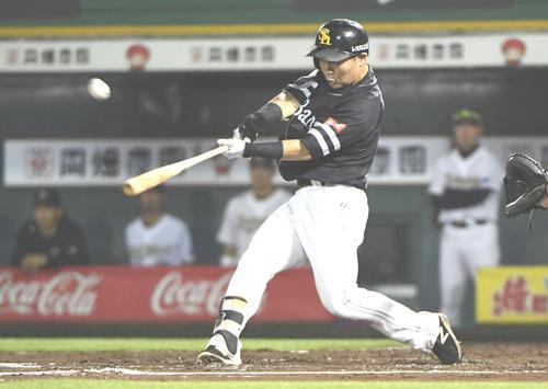 オリックス対ソフトバンク 10回ソフトバンク表2死一塁、中村晃は右越え2点本塁打を放つ(撮影・奥田泰也)