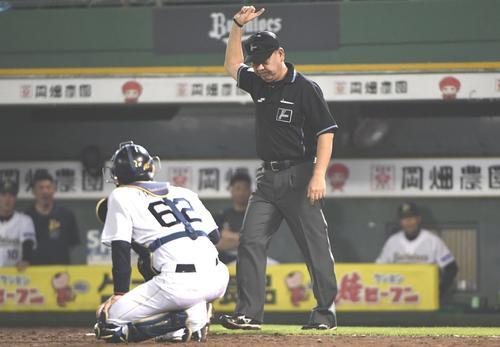 オリックス対ソフトバンク 10回表ソフトバンク2死一塁、中村晃はリクエストの結果、右越え2点本塁打となる(撮影・奥田泰也)