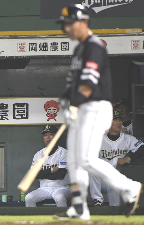オリックス対ソフトバンク 10回表ソフトバンク2死一塁、中村晃(右)の打球はリクエストの結果、右越え2点本塁打となり福良監督はボー然とする(撮影・奥田泰也)