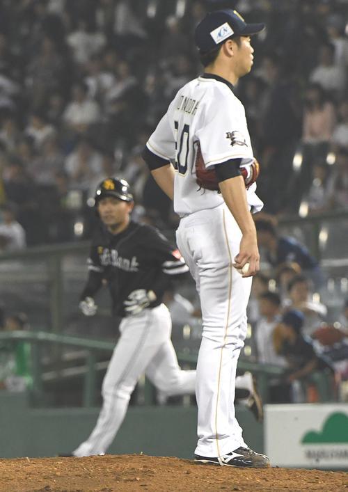 オリックス対ソフトバンク 10回ソフトバンク表2死一塁、中村晃(左)はリクエストの結果右越え2点本塁打とボー然とする近藤大亮 (撮影・奥田泰也)