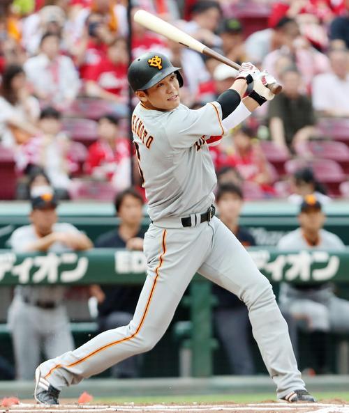 1回表巨人無死、坂本は右翼越え三塁打を放つ(撮影・加藤哉)