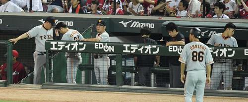 広島対巨人 広島に3連敗し、引き揚げる高橋監督(左から2人目)(撮影・鈴木みどり)