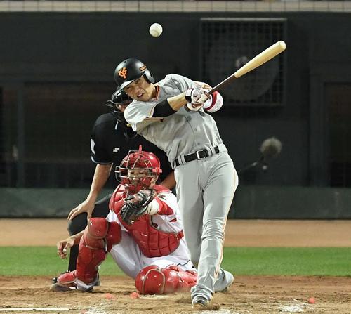 広島対巨人 5回表巨人2死二塁、左前適時打を放つ坂本勇(撮影・鈴木みどり)