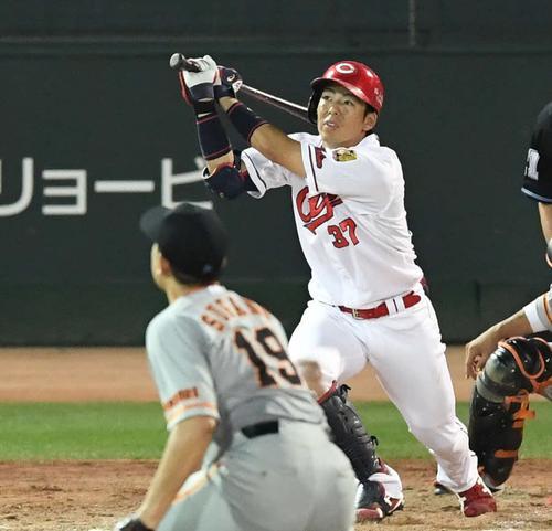 広島対巨人 5回裏広島2死一、二塁、右越え3点本塁打を放つ野間。投手菅野(撮影・鈴木みどり)