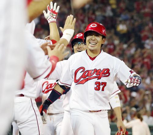 広島対巨人 5回裏広島2死一、二塁、野間は右越え3点本塁打を放ち笑顔を見せてベンチのナインとタッチする(撮影・加藤哉)