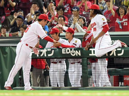 広島対巨人 プロ初勝利を飾った広島高橋昂は、新井から祝福を受ける(撮影・ たえ 見朱実)