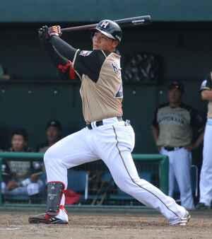 3日のイースタン・リーグ、ロッテ戦の8回に逆転の2点本塁打を放つ日本ハム清宮