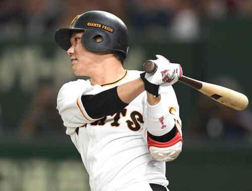 8回裏巨人1死二塁、左中間へ適時二塁打を放つ坂本勇(撮影・横山健太)