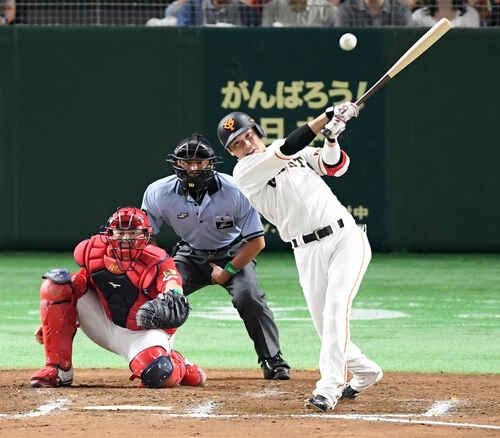 8回裏巨人1死二塁、適時二塁打を放つ坂本勇(撮影・たえ見朱実)