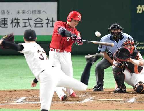 8回表広島無死、2打席連続となる右越え本塁打を放つ丸。投手田原(撮影・たえ見朱実)