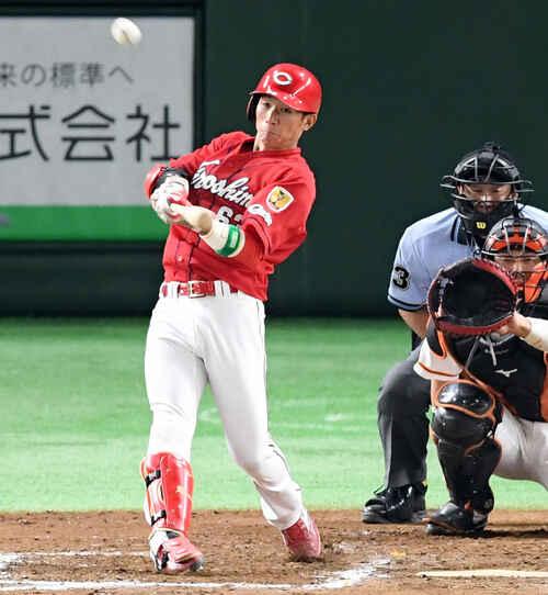 9回表広島無死、右越えに3号ソロ本塁打を放つ西川(撮影・たえ見朱実)