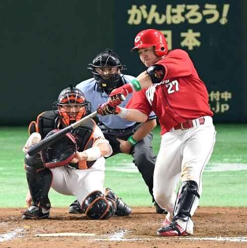 9回表広島無死、右越えにソロ本塁打を放つ会沢(撮影・たえ見朱実)