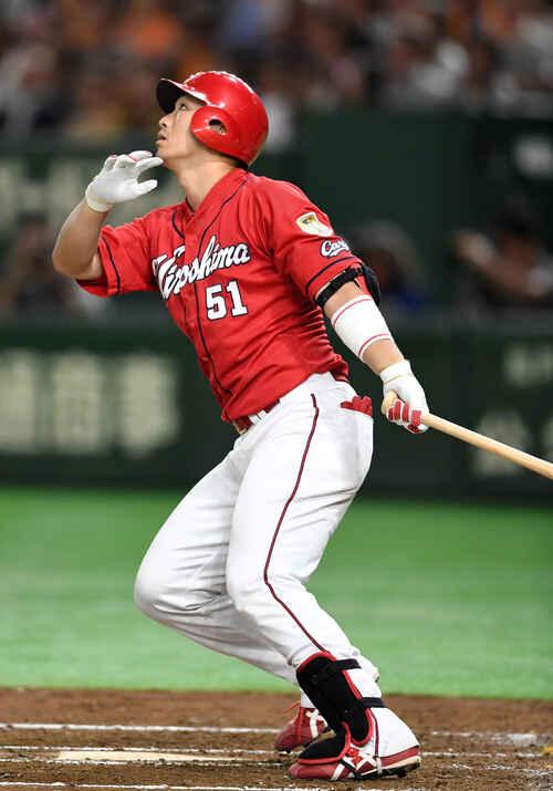 4回表広島無死、左中間へ本塁打を放つ鈴木(撮影・横山健太)