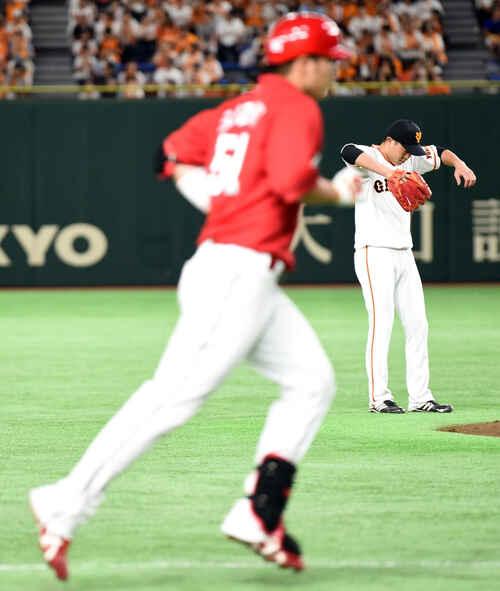 鈴木(左)に左中間へ本塁打を浴び肩を落とす内海(撮影・横山健太)