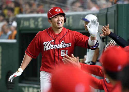 左中間へ本塁打を放ちナインと笑顔でタッチを交わす鈴木(撮影・横山健太)
