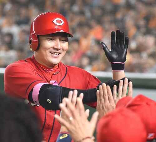 5回表広島2死、左中間へ本塁打を放ち笑顔でナインとタッチを交わす丸(撮影・横山健太)