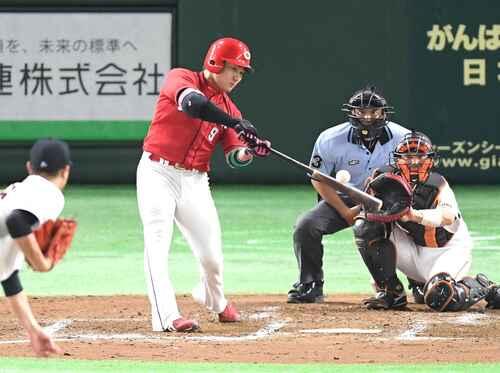 巨人対広島 5回表広島2死、左越えに16号ソロ本塁打を放つ丸(撮影・たえ見朱実)