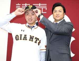16年12月、楽天からトレードで移籍した柿沢(左)と高橋監督